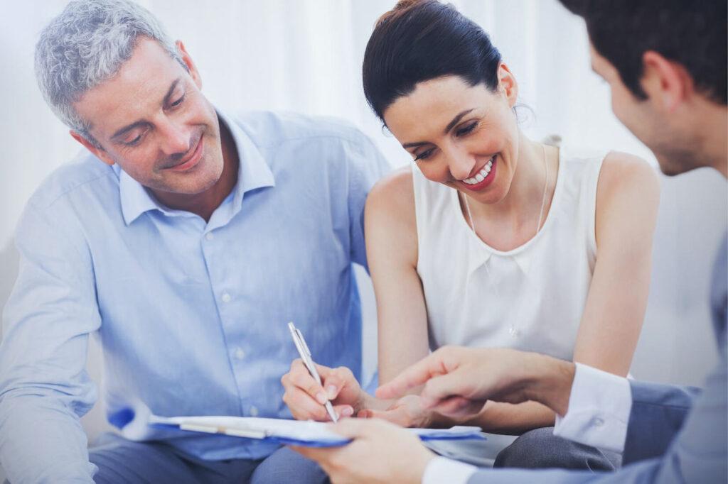 Ehepaar Vertragsunterschrift